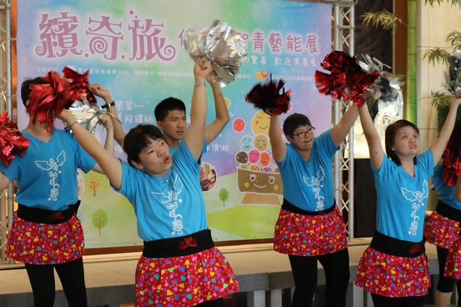 「『繽奇旅』信望愛智青藝能展」開幕儀式上,心智障礙成人學員展現學習舞蹈成果。(王文吉攝)