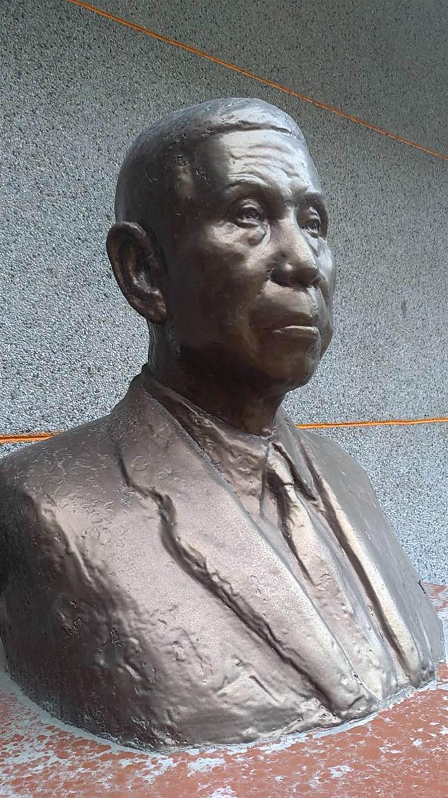 台灣著名雕塑家蒲添生的陳添貴半身銅像位於朴子高明寺。(張毓翎翻攝)