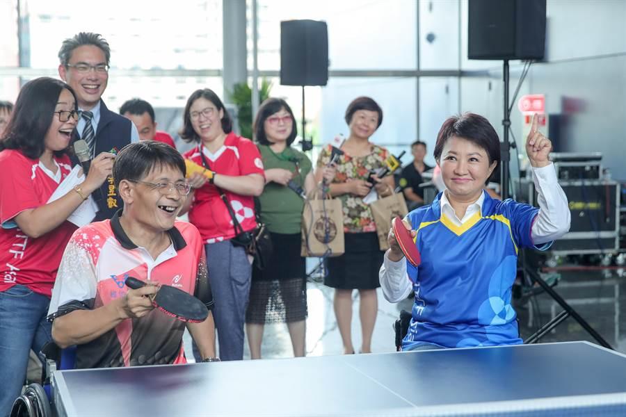 台中市長盧秀燕(右)5日體驗坐輪椅與身障選手打球,盧身手犞健快速回擊。(盧金足攝)