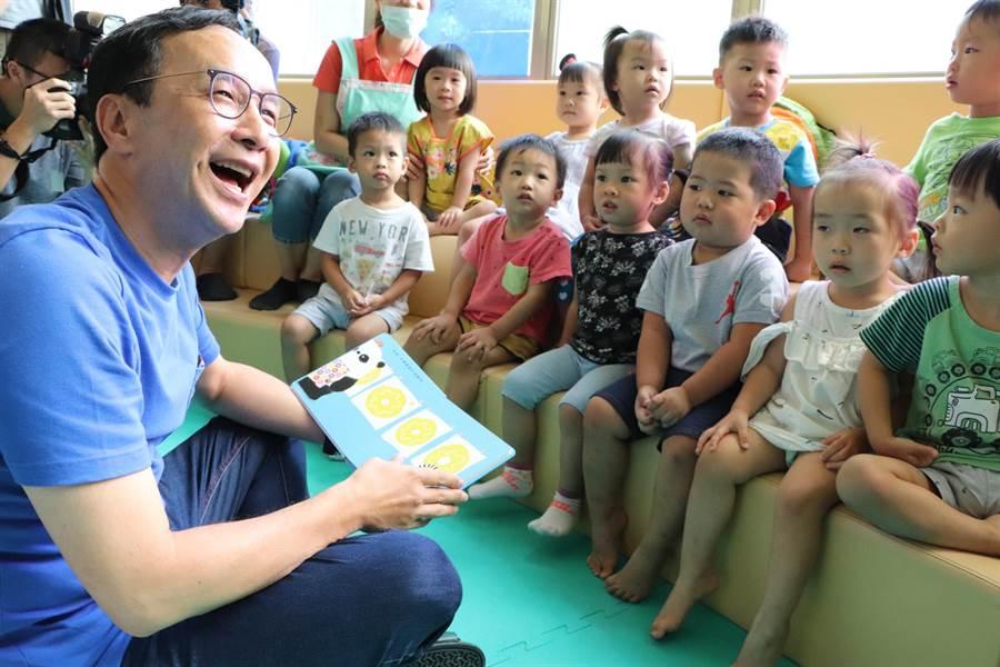 朱立倫今日下午參訪新莊昌平公托中心,現場說故事給小朋友聽。(吳亮賢攝)