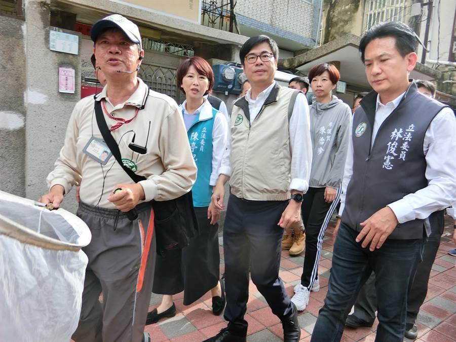 陳其邁(中)今天到台南視察登革熱防疫。(曹婷婷攝)