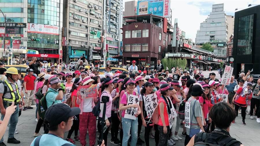 長榮空服員前往總統府陳情,在漢口街變更路線遭警方舉牌警告。(陳鴻偉翻攝)