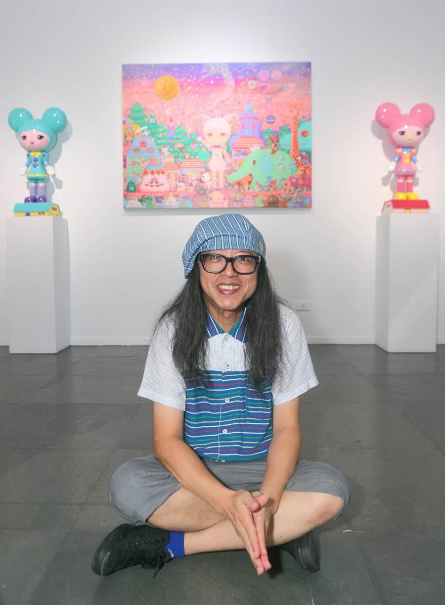 走進可樂王的畫展,畫布上宛如卡通、造型可愛的主角「小啾」,置身於遊樂園般的遊行行列之中,穿插各種怪怪的、色彩繽紛的小怪獸們,就像早期日本卡通的片頭曲。(張鎧乙攝)