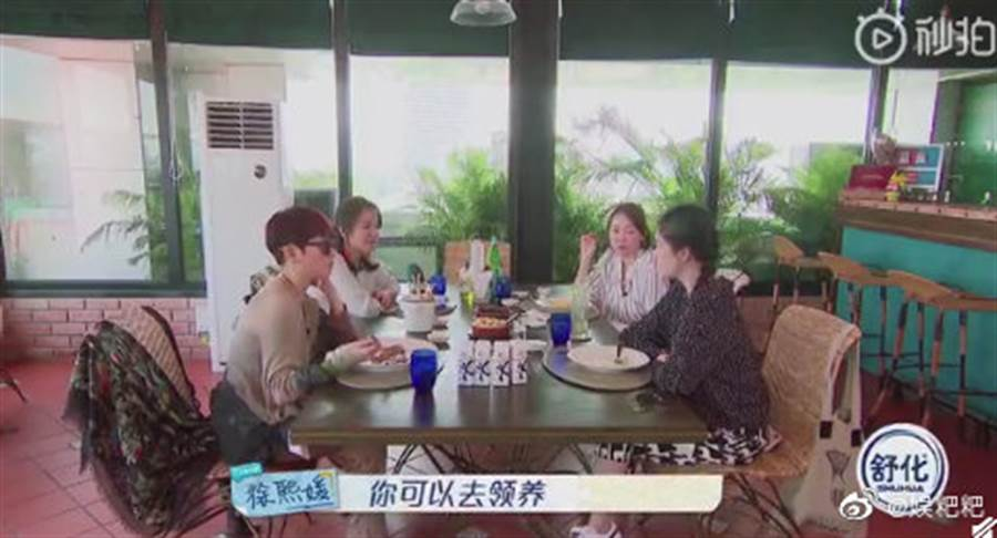 大S告訴范曉萱喜歡小孩可以去領養。(圖/微博@秒拍)
