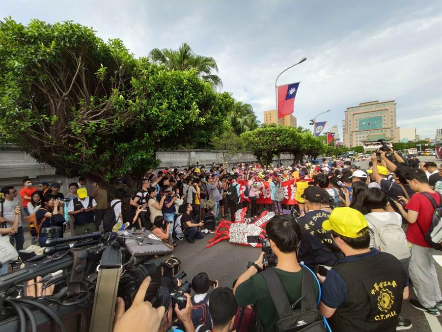 桃園市空服員職業工會今天從桃園市南崁苦行至台北凱達格蘭大道。(林良齊攝)
