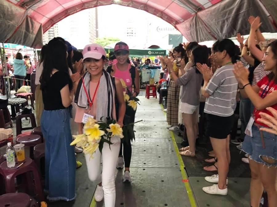 苦行空服員返回罷工現場受熱烈歡迎。(呂筱蟬攝)