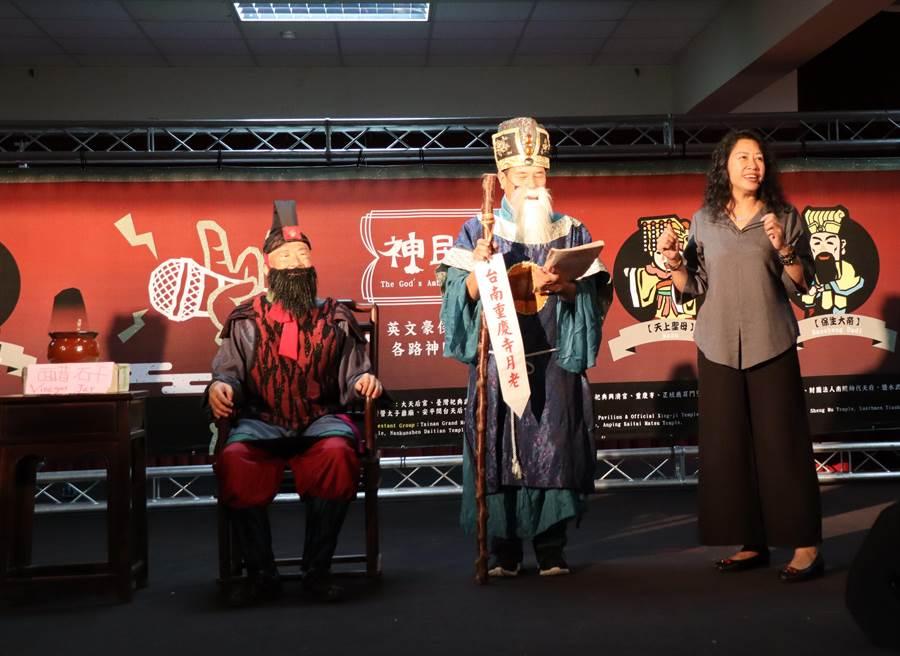 民政局「神民英講」比賽,重慶寺信徒周香君(右)以趣味的方式介紹挽救情侶失和的速報司、醋酐,獲得第1名。(劉秀芬攝)
