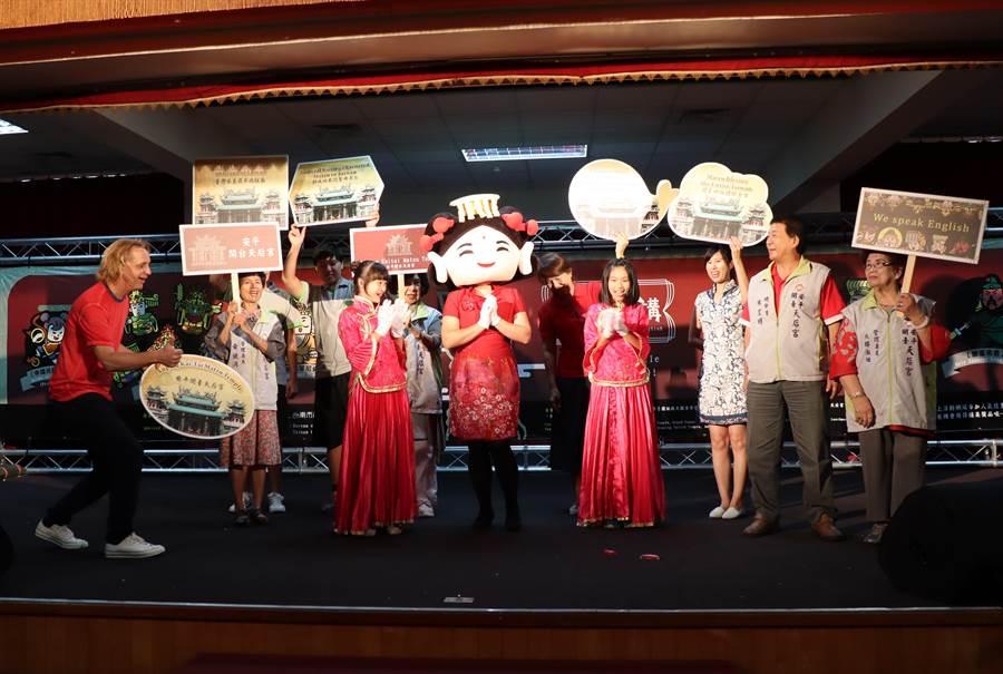 安平開台天后宮請出西門實驗小學的小朋友與外師助陣,演出英語狀況劇,小朋友流利的英語獲得大家掌聲。(劉秀芬攝)