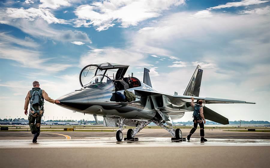波音公司宣布與薩博合作的T-X教練機EMD首飛成功。(圖/波音公司)