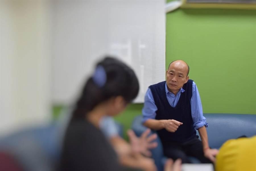 高雄市長韓國瑜5日至社會局前鎮社福中心探視照顧胎毒寶寶小倫的寄養家庭爸媽,感謝寄養家庭的付出。(林瑞益翻攝)