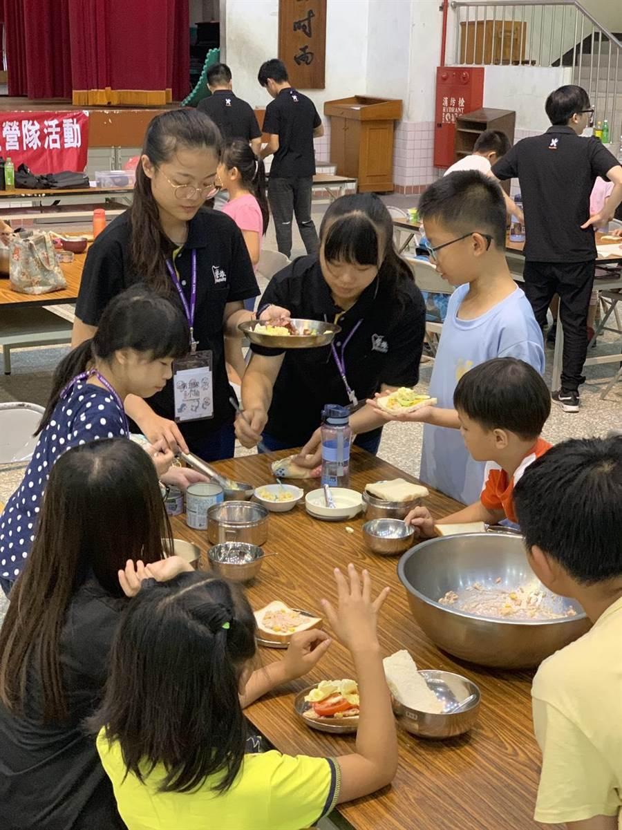 3日午餐時間,小隊輔準備了製作三明治的材料,讓學員自製每位三明治當午餐。(謝瓊雲翻攝)