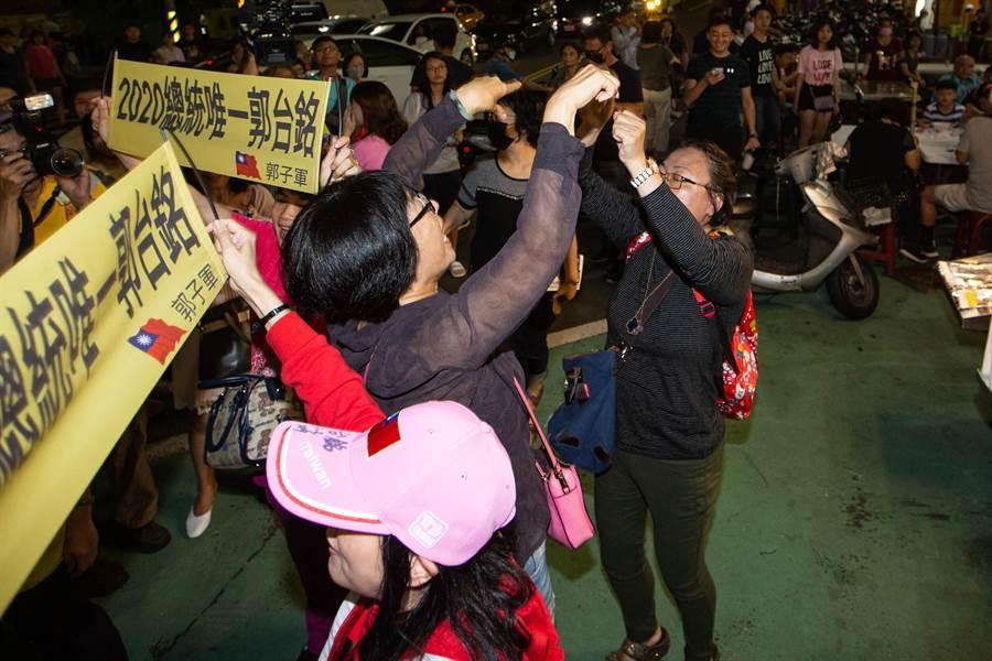 郭台銘支持者在夜市入口群聚、喊口號,讓一旁用餐的韓粉相當不滿,雙方面對面激烈互嗆,各不相讓。(袁庭堯攝)