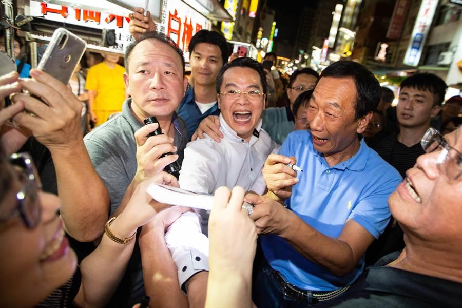 面對支持者拍照、簽名的要求,郭台銘一律來者不拒。(袁庭堯攝)