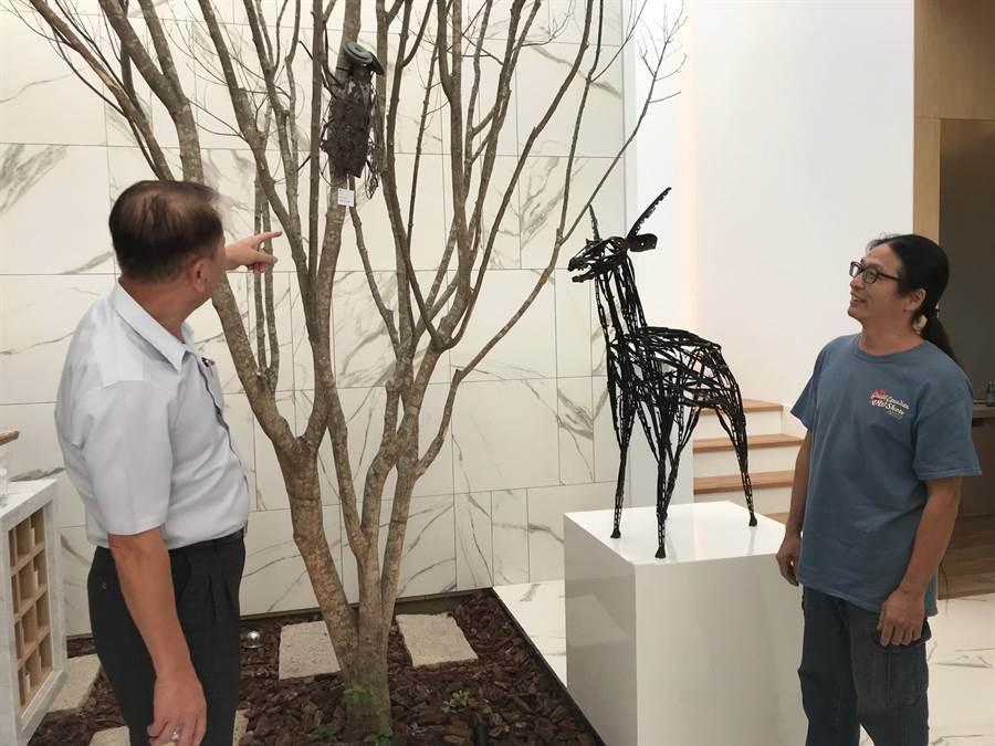 藝術家林明修(右)以各種汽車回收廢零件,創作令人驚艷的藝術,舜元建設董事長林逸民力邀他開展,讓創意無限的作品與森態建築有了美好的相遇。(盧金足攝)