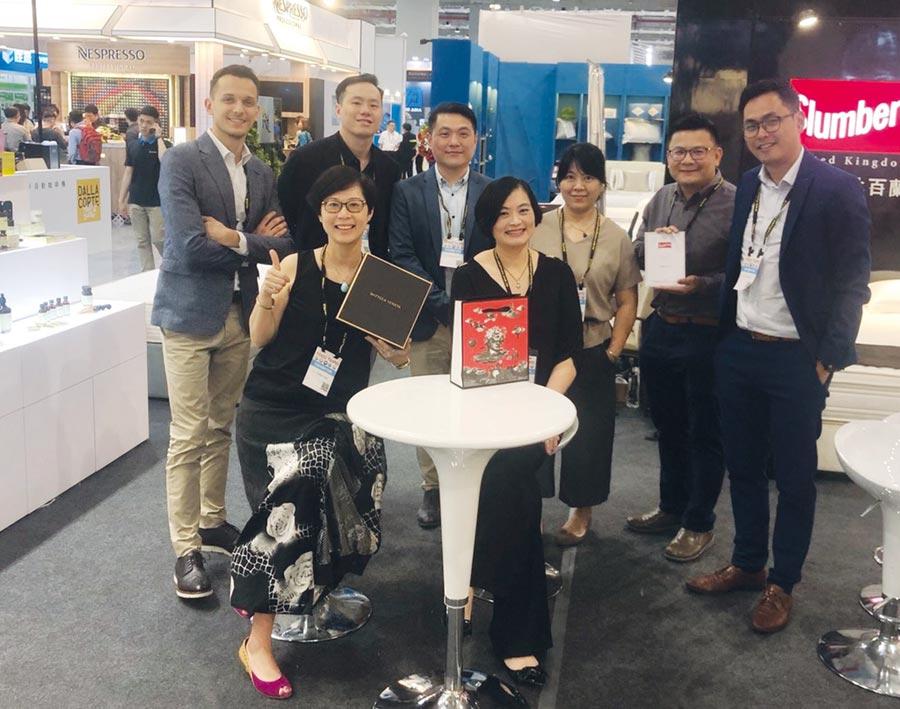 家傢國際總經理謝淑珍(前排右一)率領優秀團隊,於今年台灣國際飯店餐飲設備用品展中,展出斯林百蘭名床與奢華的沐浴備品。圖/家傢國際提供