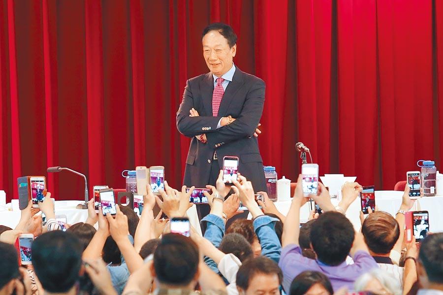 鴻海股東常會,前董事長郭台銘站在台上,擺出各種姿勢供股東們拍照,宛如粉絲見面會。(本報資料照片)