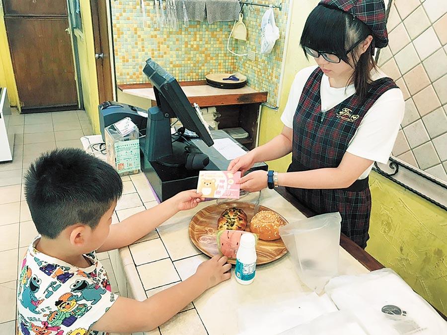 新竹市「呷熊飽」及「早安!飽貝」方案提供餐券,供弱勢孩童兌換三餐。(徐養齡攝)
