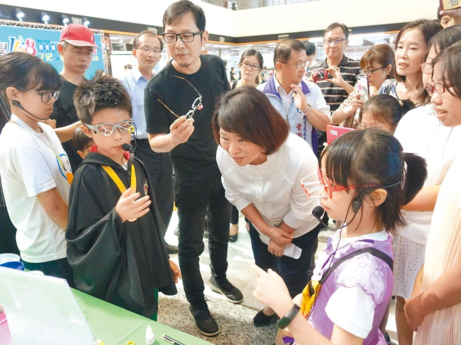 嘉義市長黃敏惠(中)體驗科學168教育博覽會科技活動。(廖素慧翻攝)