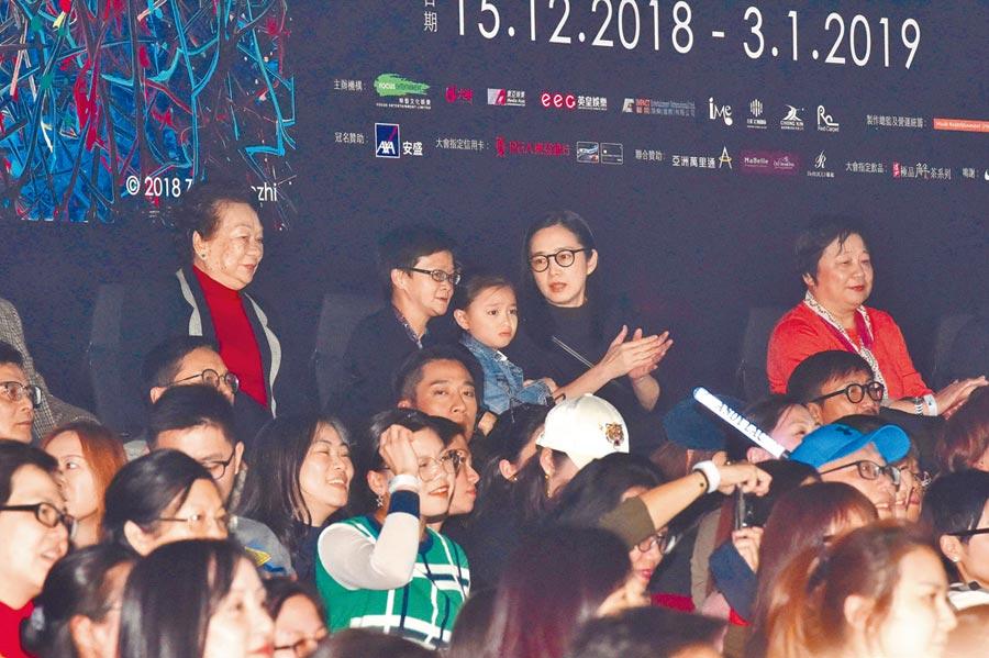 劉德華老婆朱麗倩(後排右起)和女兒劉向蕙在演唱會支持最愛的老公和爸爸。(資料照片)