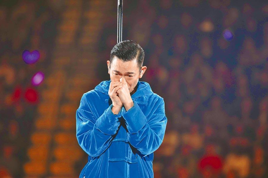 劉德華去年底因喉嚨發炎在演唱會上含淚宣布停唱。(資料照片)