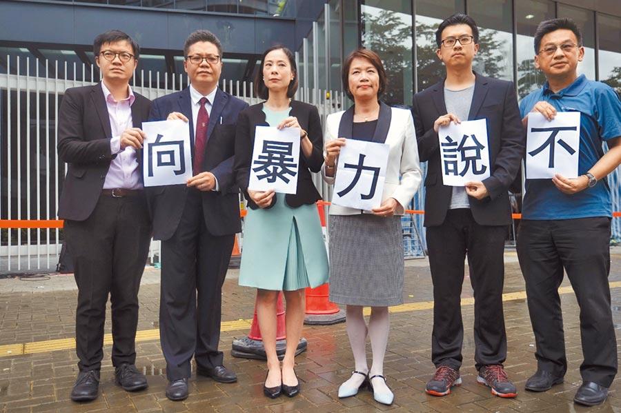 7月3日,香港法律界人士手拿「向暴力說不」的紙張譴責暴力行徑。(新華社)