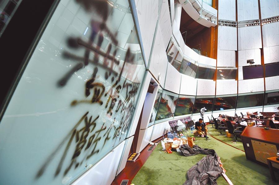 7月3日,警方搜證立法會大樓,隨處可見被示威者塗污的牆壁。(中新社)