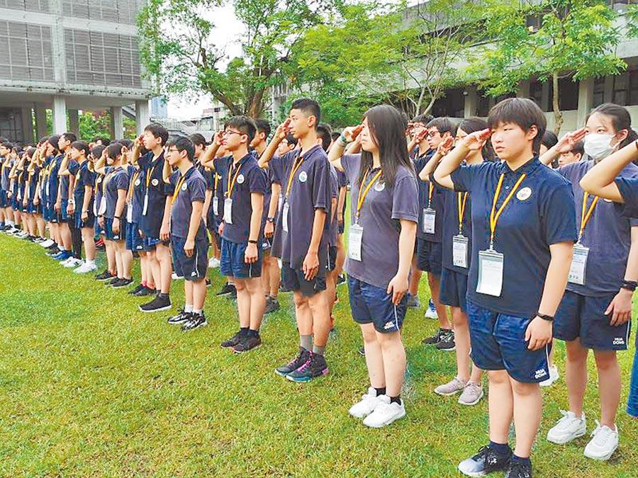華東台商子女學校近日返校授課,學生返台在實踐大學體驗升旗典禮。(華東台商子女學校提供)