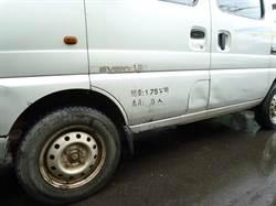 考駕照!翁路邊停車撞凹旁車落跑