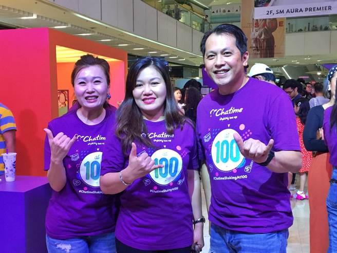 六角6日於菲律賓馬尼拉SM Aura Premier購物中心舉行「Chatime日出茶太」菲律賓百店歡慶活動,右起為六角董事長王耀輝、加盟商暨菲律賓第一夫人阿旺賽納(Honeylet Avancena)、執行副總王麗玉。(林資傑攝)