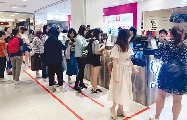 米塔黑糖新竹巨城首店推出黑糖芋圓鮮奶及多款專屬限定飲品,吸引許多排隊人潮。圖/米塔黑糖提供