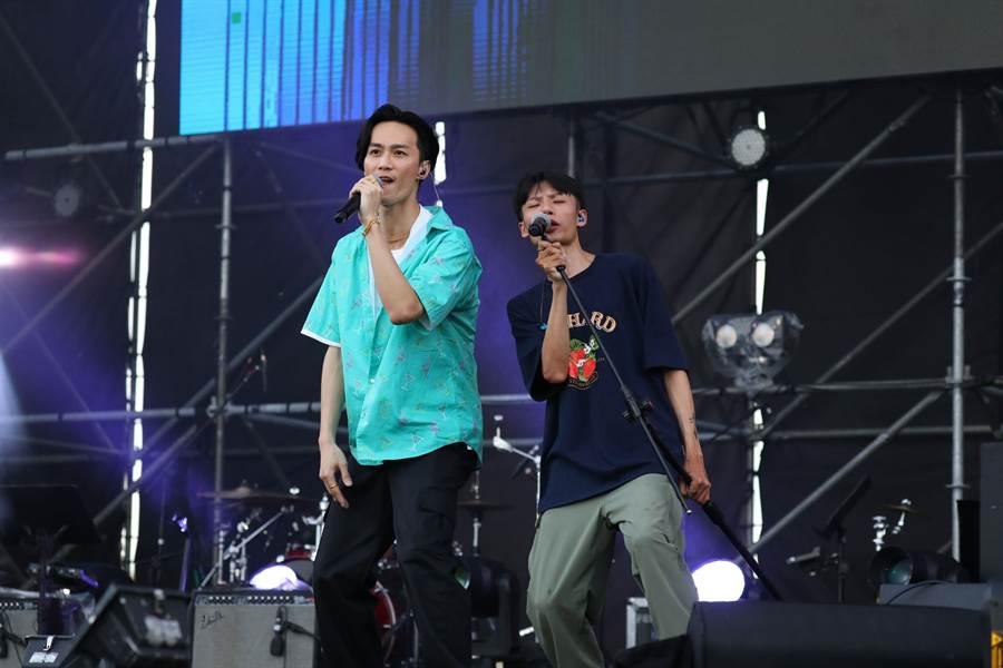 李英宏在高雄啤酒音樂節開唱(左)。(寬寬整合行銷提供)