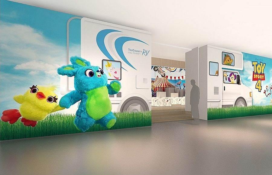 商店入口與電影中的RV旅行車相結合,讓你登上車就好像一腳踏入電影世界裡。(圖取自官方臉書)