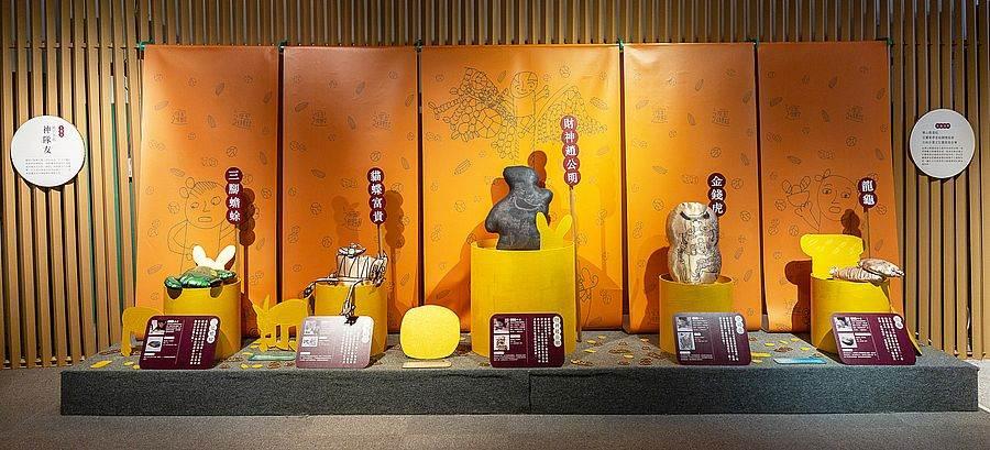史博館館藏文物轉化而成的招財布偶:三足蟾蜍、財神爺、金錢虎等。(圖取自活動官網)