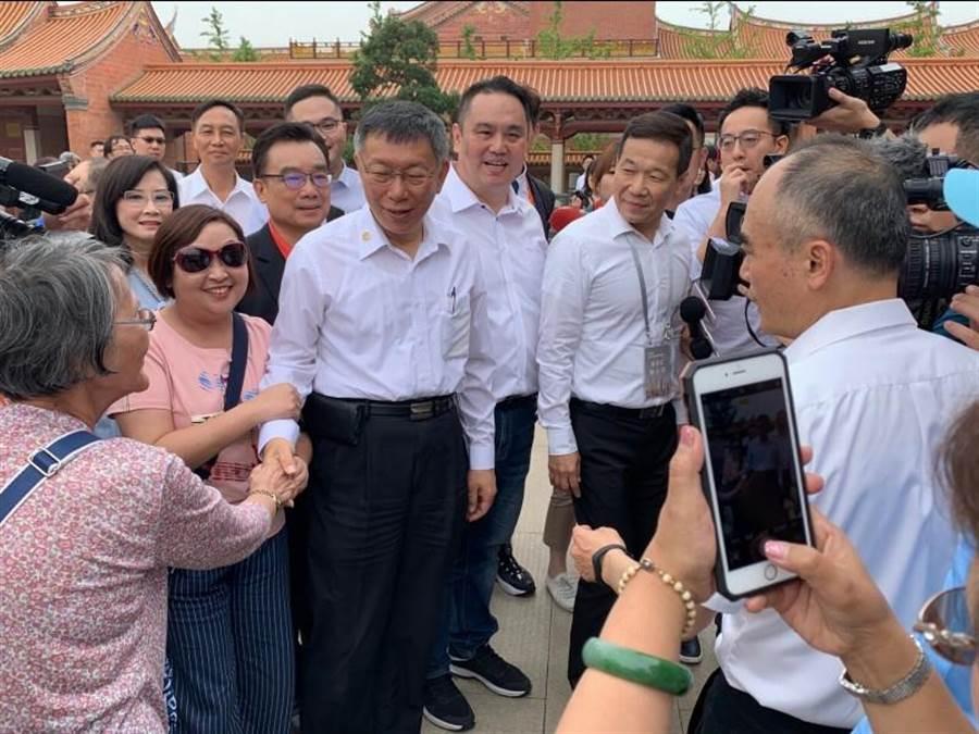 台北市長柯文哲昨前往昆山慧聚寺參拜,不少民眾看到他出現時紛紛要求握手拍照,柯文哲來者不拒。(林縉明攝)