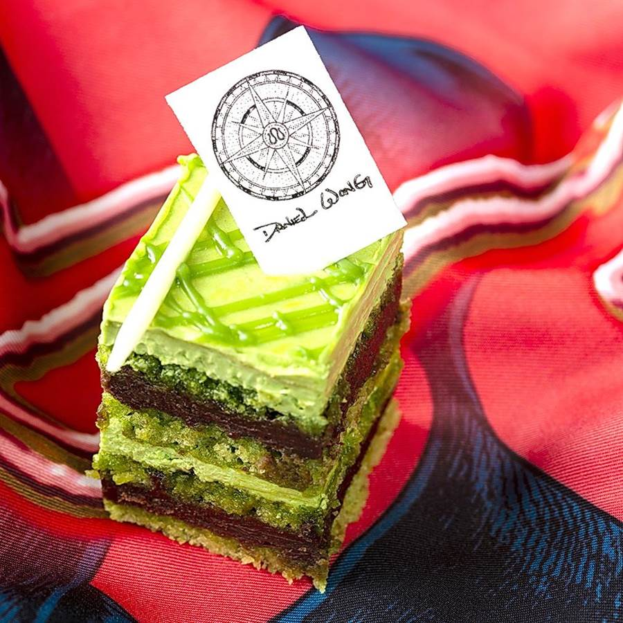 〈啟程Journey to 100 Prints〉聯名下午茶的〈抹茶歐培拉〉,濃郁的抹茶香與黑苦巧克力交織堆疊,形成多層次的味蕾感受。(圖/台北遠東國際大飯店)