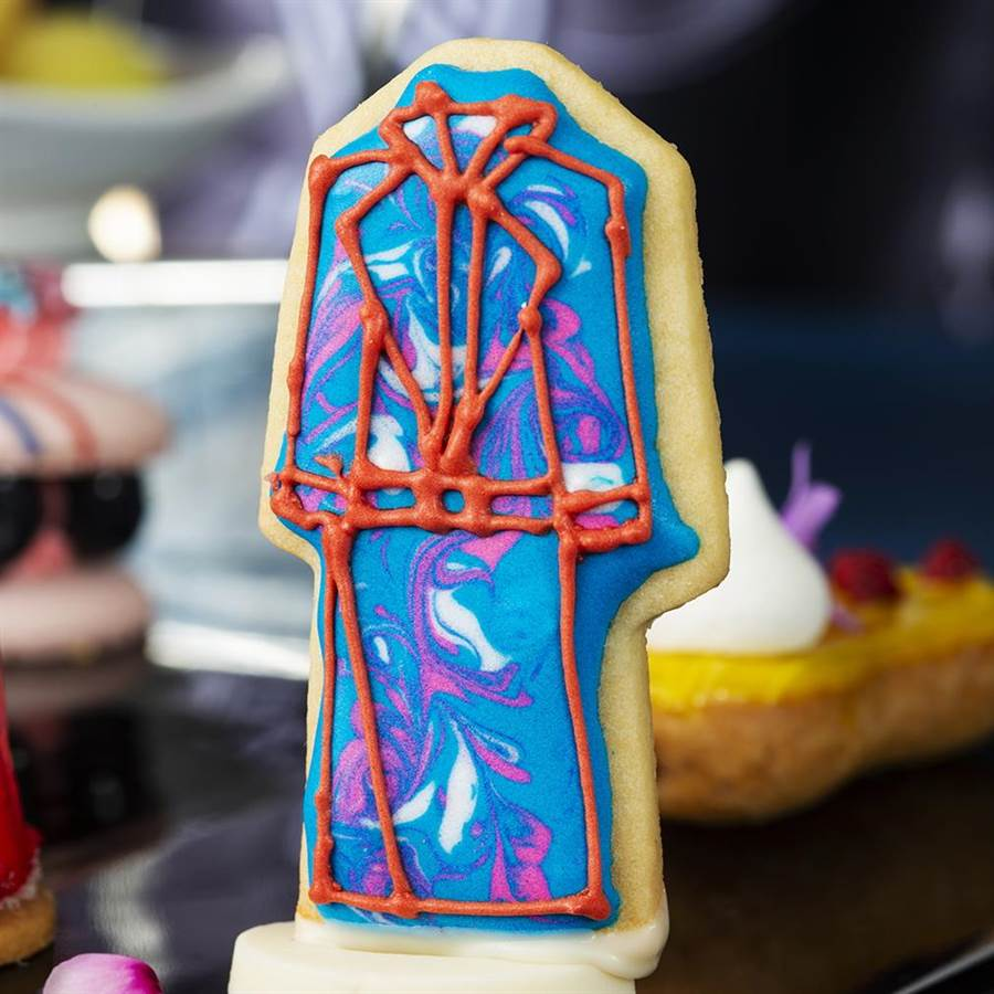 可波羅酒廊限定 《啟程Journey to 100 Prints》聯名下午茶的〈Daniel Wong手繪餅乾〉,廚巧手將時裝幻化成造型餅乾。(圖/台北遠東國際大飯店)