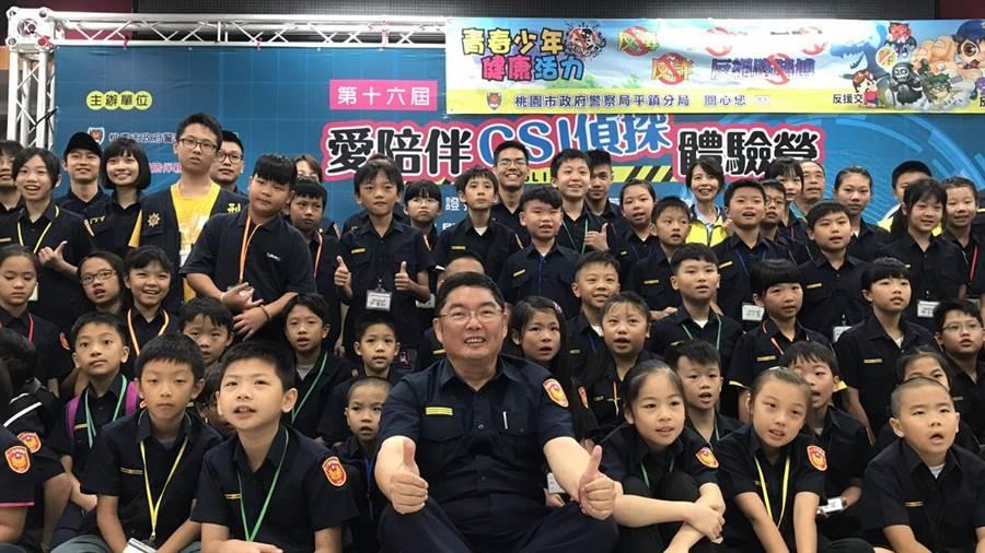 平鎮警分局長黃炳訓(中)希望透過體驗活動,讓反毒、反酒駕觀念向下扎根。(警方提供)