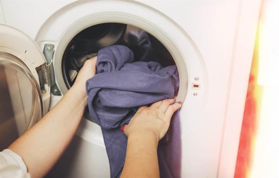 專家表示,用冷水洗衣比較不會使衣服褪色。(圖/達志影像)