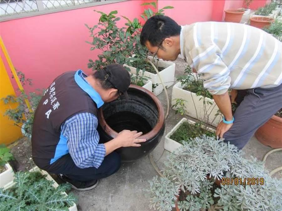 暑假期間停課,環保人員進入校園檢查積水容器(示意圖)。(資料照/環保署提供)