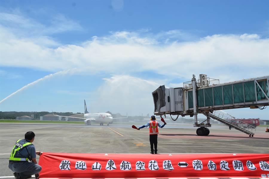 停飛3年的山東濟南至花蓮航線,今上午10時10分降落花蓮。(張祈攝)