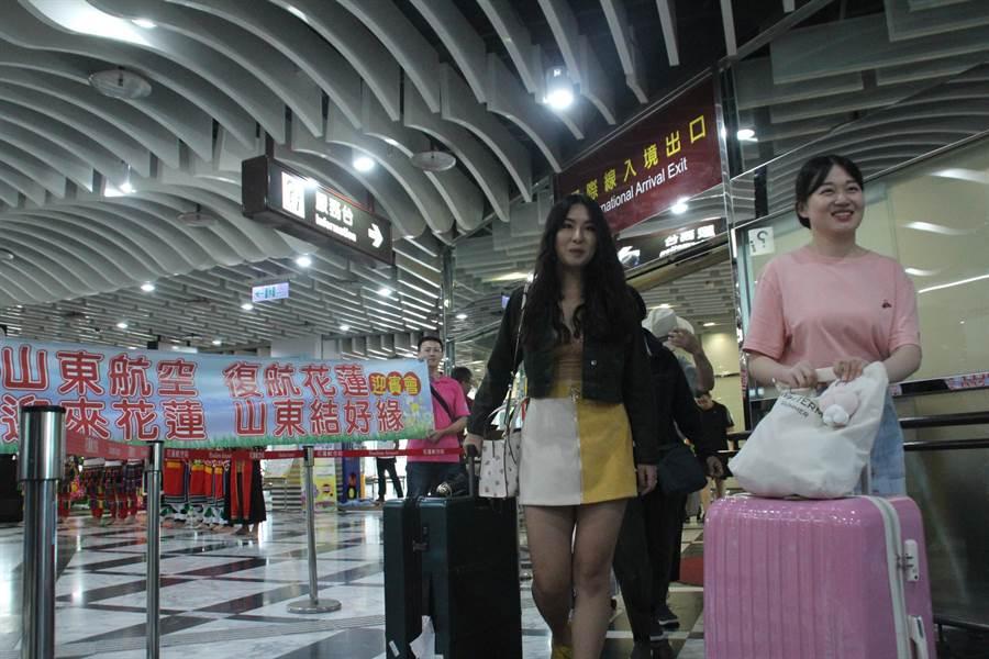 復航的的山東濟南至花蓮航線,首班航班共157名遊客。(張祈攝)