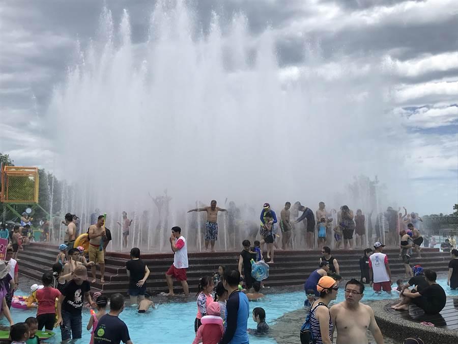 2019宜蘭國際童玩藝術節6日開幕,立即湧入上萬名遊客,園區大爆滿。(胡健森)