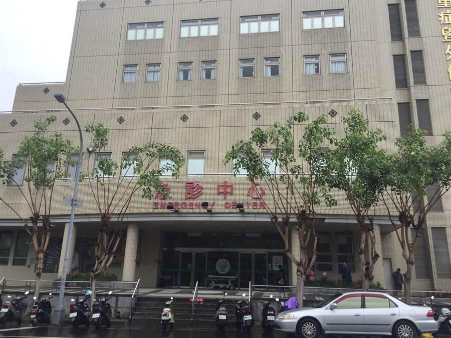 62歲張男遭槍擊送衛福部豐原醫院急救。(王文吉攝)