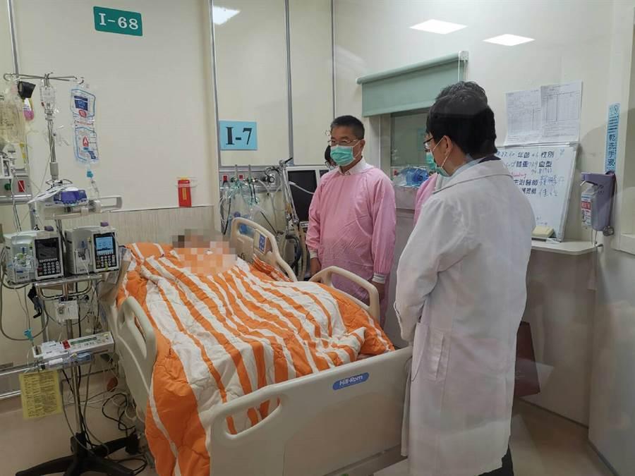 內政部長徐國勇(右)探視受重傷警員,支持行使公權力「要錢給錢,要人給人」。(張朝欣攝)