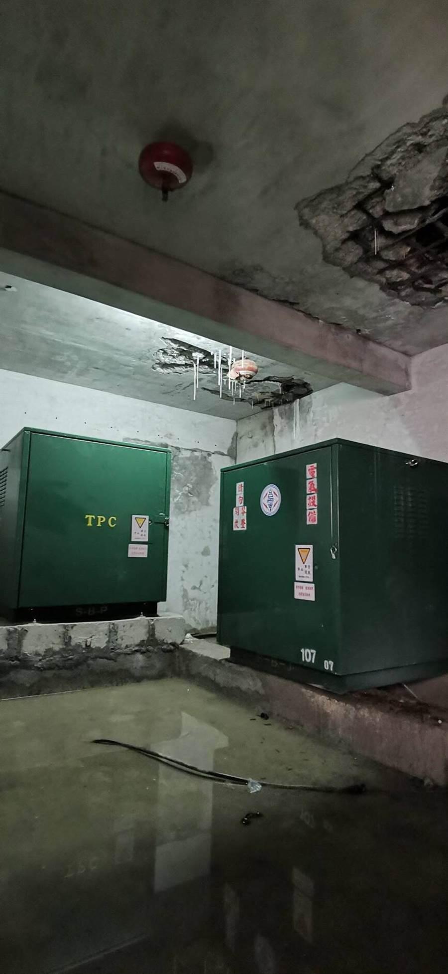 台中市漢口國中的行政大樓已有27年歷史,早期興建時,在地下室裝設一組台電的高壓變電設施,但因建物老舊,每逢雨天就會造成地下室漏水。(盧金足攝)