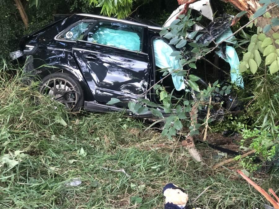 奥迪轿车因巨大撞击力道,严重扭曲变型。
