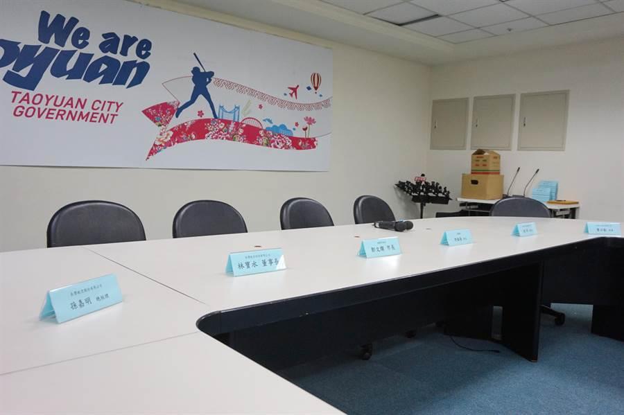 協商會後將舉行記者會,目前已經將列席人員名單擺出。(甘嘉雯攝)