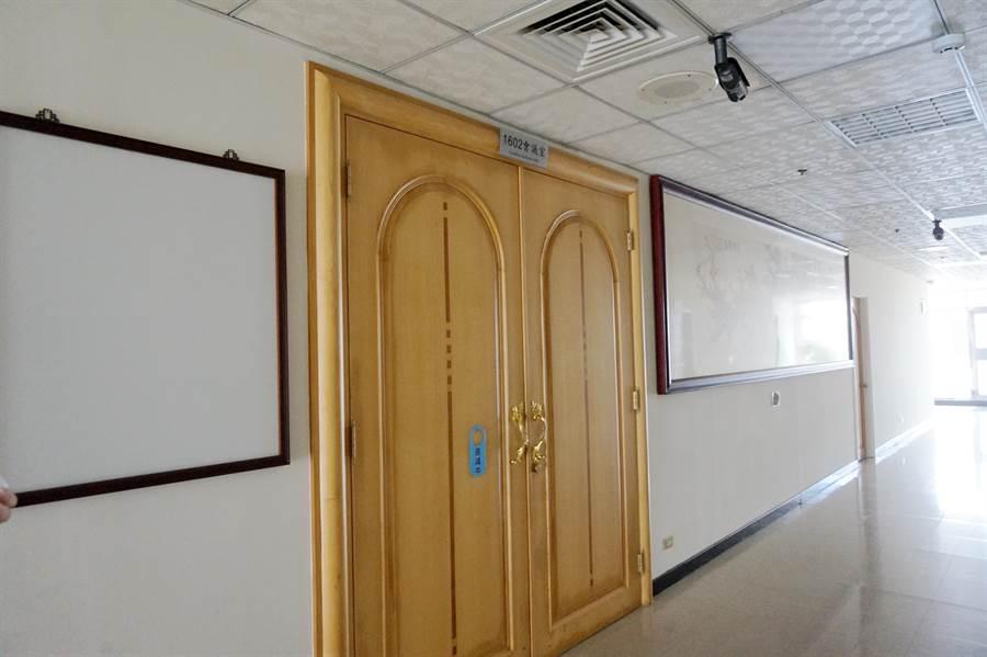 勞資協商在桃園市政府16樓會議室舉行閉門會議。(甘嘉雯攝)