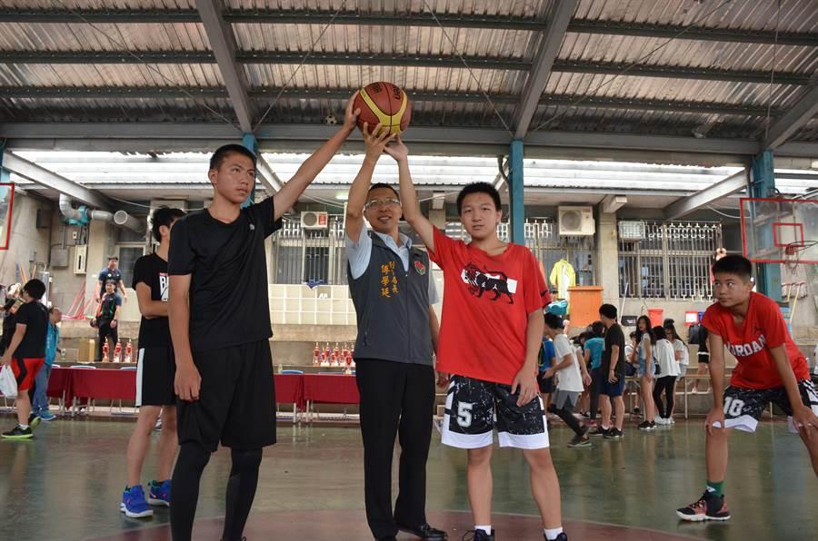 苗栗市青春3對3籃球鬥牛賽6日舉行,苗栗警分局副分局長傅學廷為賽事開球。(苗栗警分局提供)