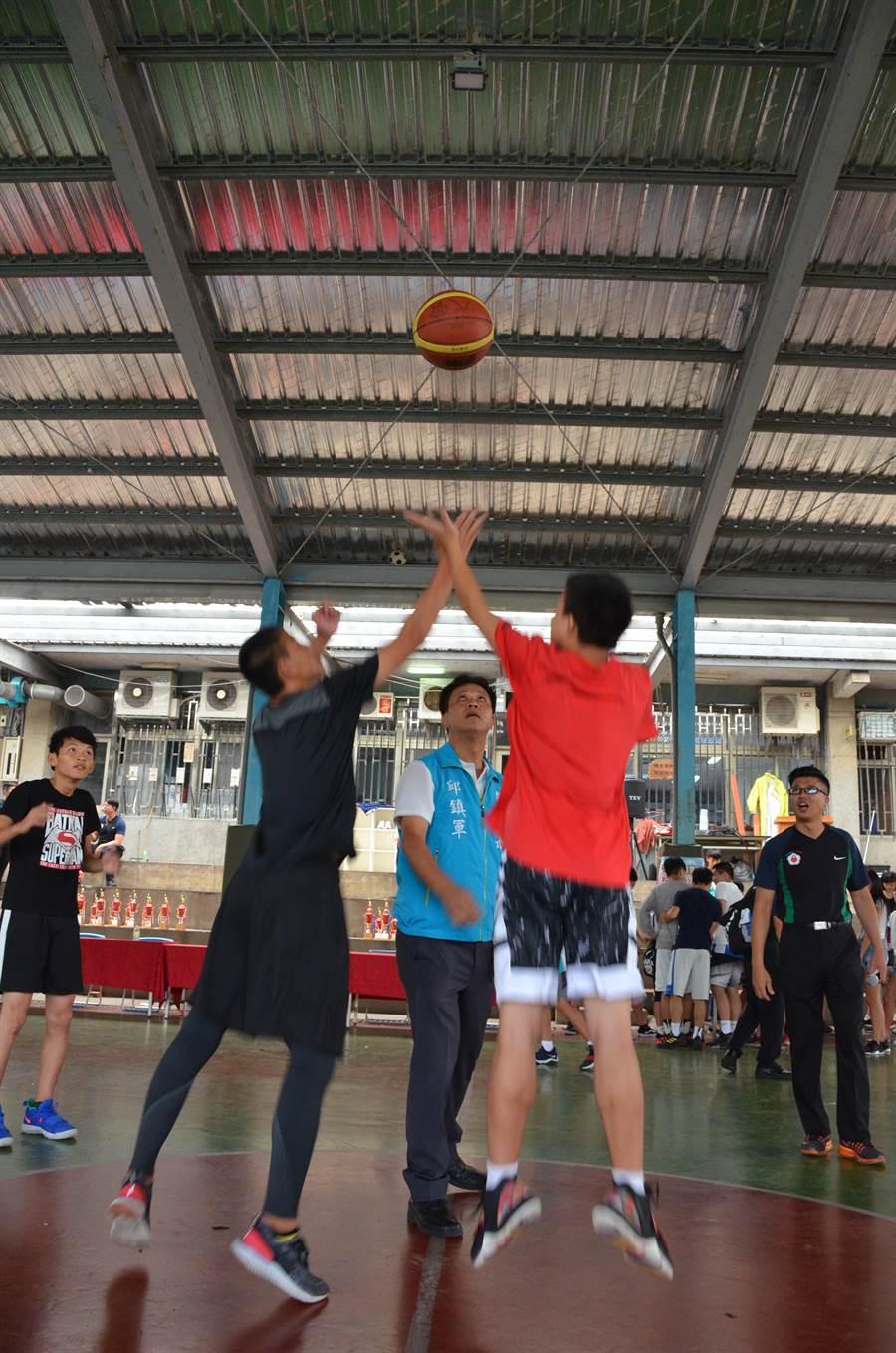 苗栗市青春3對3籃球鬥牛賽6日舉行,圖為苗栗市長邱鎮軍開球。(苗栗警分局提供)